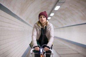 Veerle Baetens fietst door voetgangerstunnel Antwerpen in tv-serie The Team