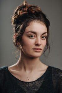 Violet Braeckman als Julie Beckers, cast Over Water