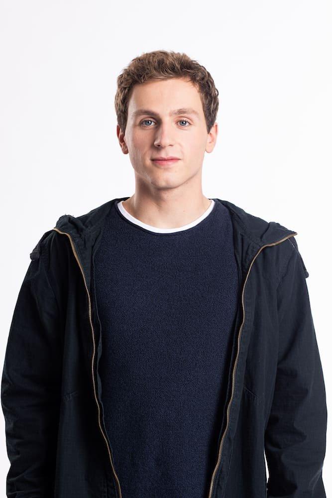 Maarten Cop als Pieter de Jonge in Hoodie