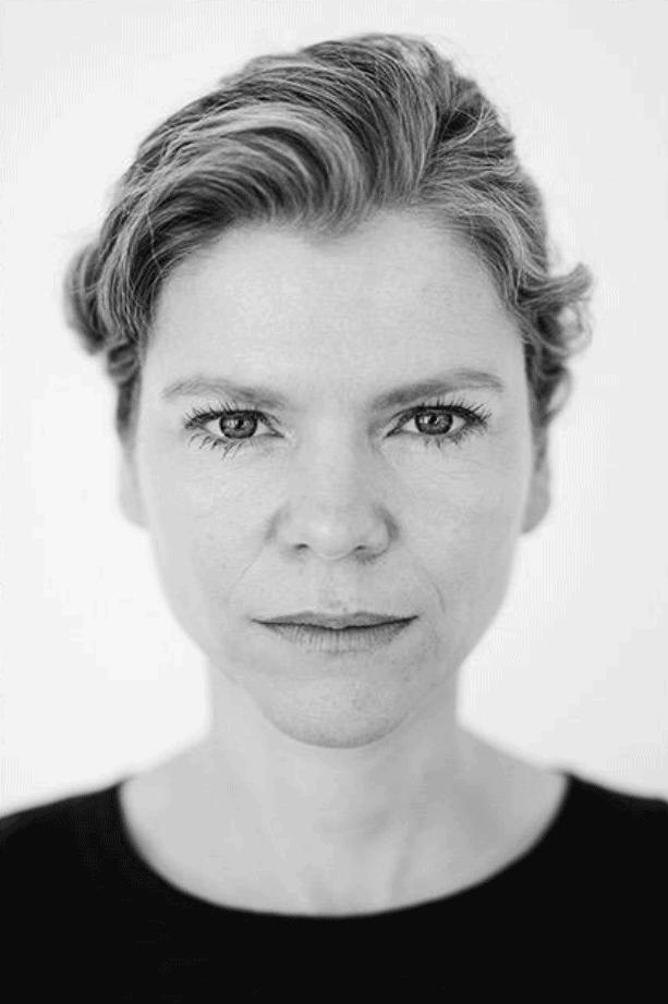 Inge Paulussen als wijkagende Dorien in Hoodie