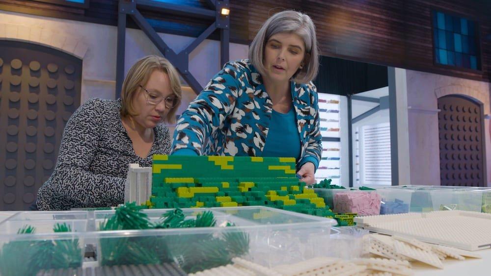 Evelien Hoekman-Lautenbag en Natasja de Vos in actie bij Lego Masters