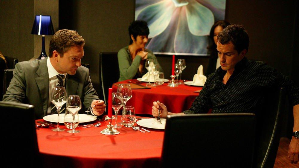 Tom Van Bauwel (Lieven Pauwels) en Gert Winckelmans (Simon Van Wyck) in Sara anno 2020 in herhaling op VTM tijdens corona
