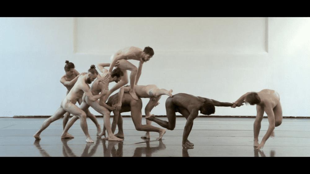 Bare volgt de Brusselse choreograaf Thierry Smits en zijn team tijdens de creatie van de dansvoorstelling Anima Ardens vol naakte lichamen