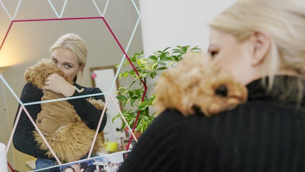Julie Van den Steen en haar influencerhond Dirkie