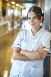 Laura Tesoro op afdeling Geriatrie UZ Gent voor Een echte job VTM