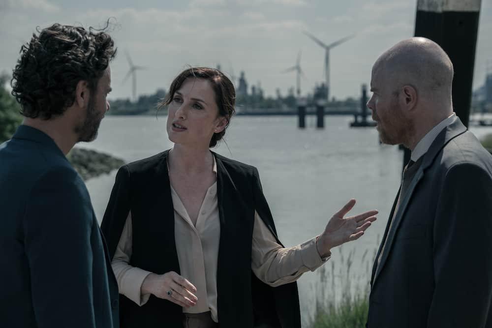 Tom Dewispelaere, Ruth Becquart en Bruno Van den Broecke in Over Water - tweede seizoen nu op Netflix