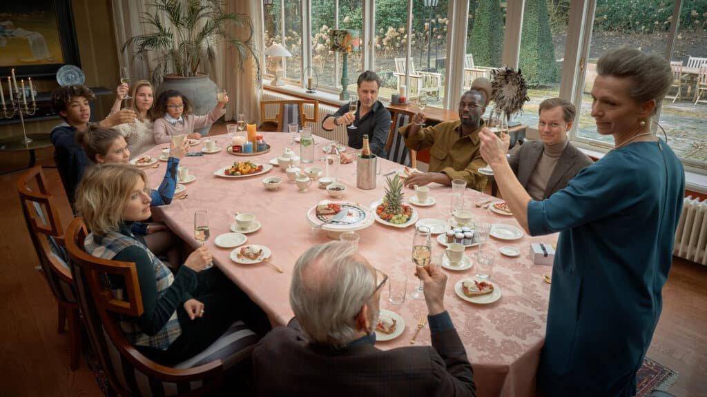 Familie Praal aan tafel in drama-serie Swanenburg met o.a. Aus Greidanus sr, Tine Joustra, Frederik Brom, Sanne Langelaar, Jan-Paul Buijs, Ella June Henrard, Yfke Wegman, Werner Kolf