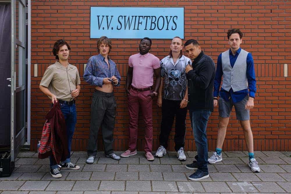 Jonge lichting voetballers van VV Swiftboys in All Stars & Zonen