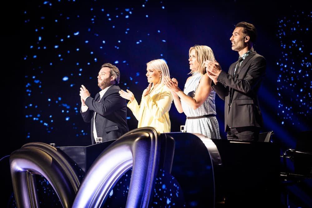Jens Dendoncker, Julie Van den Steen, Karen Damen en Sean Dhondt als jury in eerste aflevering The Masked Singer