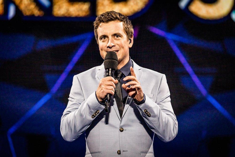 Niels Destadsbader presentator The Masked Singer in België - in aflevering 3 doet Suikerspin haar intrede