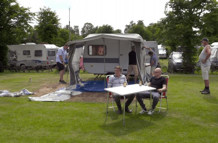 Erik van Looy en Philippe Geubels samen op de camping in Nederland voor Geubels en de Hollanders