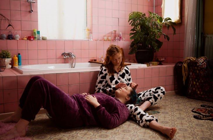 Anne-Laure Vandeputte en Axelle Verkempinck in Bathroom Stories - webserie MNM en VRT NU