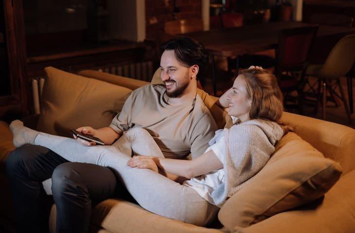 Romantisch avondje tv kijken met Vlaamse series